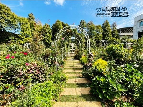 純白玫瑰走廊超夢幻!桃園免費空靈秘境 還有峇里島茅草屋、噴泉 | ETt