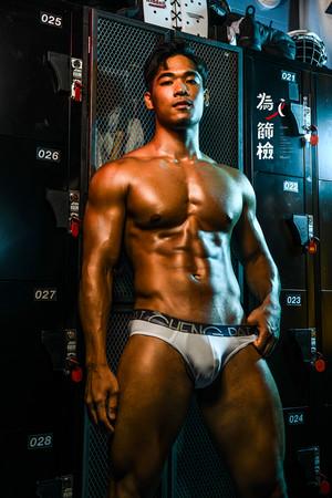 台灣猛男月曆再一發!為愛滋公益勸募 鮮肉「肌情演出」搶先看 | ETto