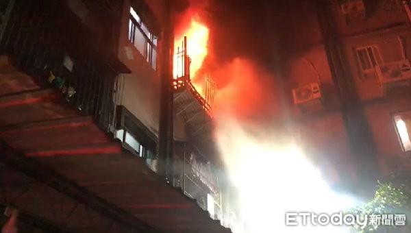 新莊暗夜大火!單親媽帶子女跳3樓逃生 她卡防火巷1小時摔斷腳踝