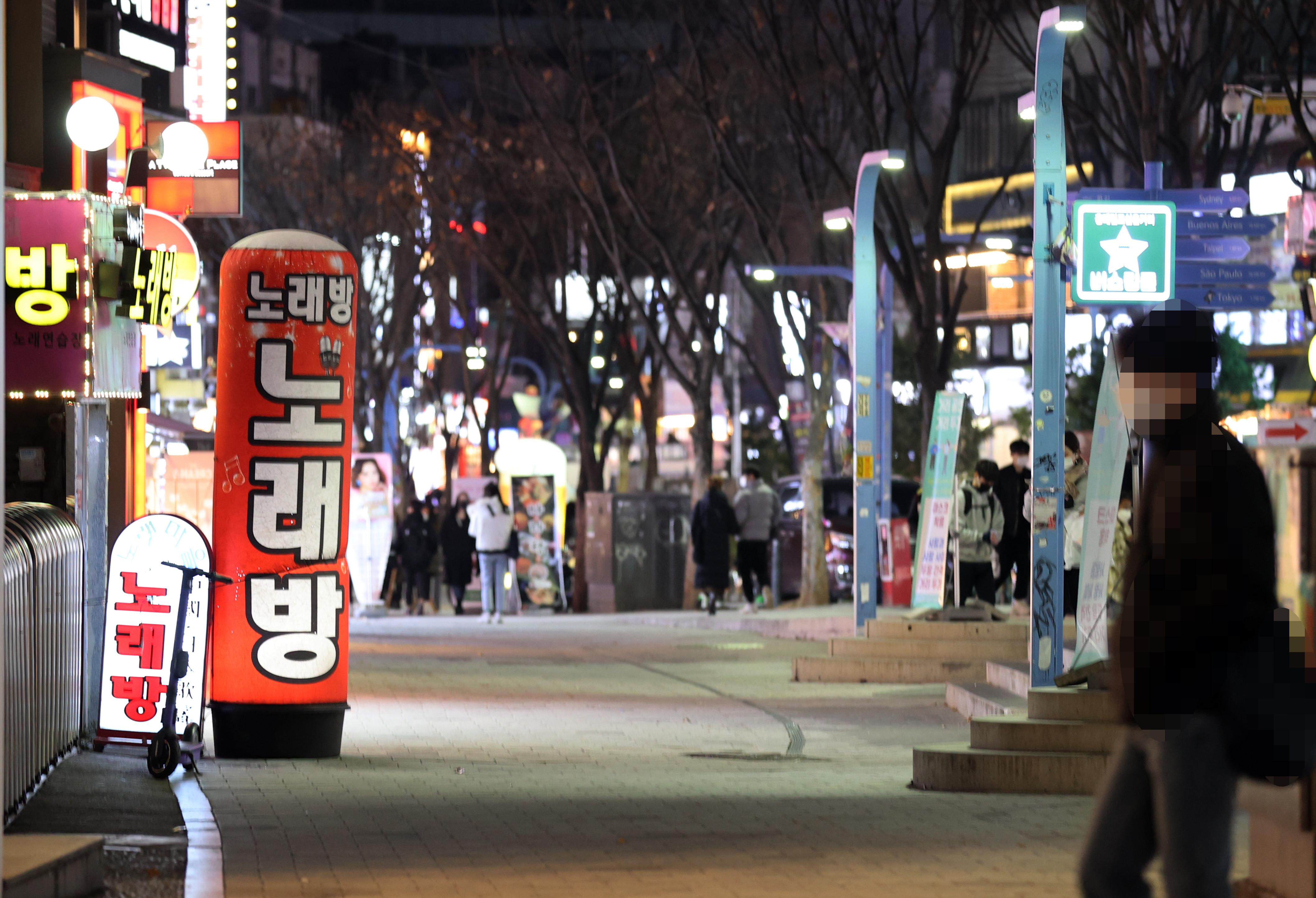▲▼南韓爆發第3波疫情,首爾弘大街頭人煙稀少。(圖/達志影像)