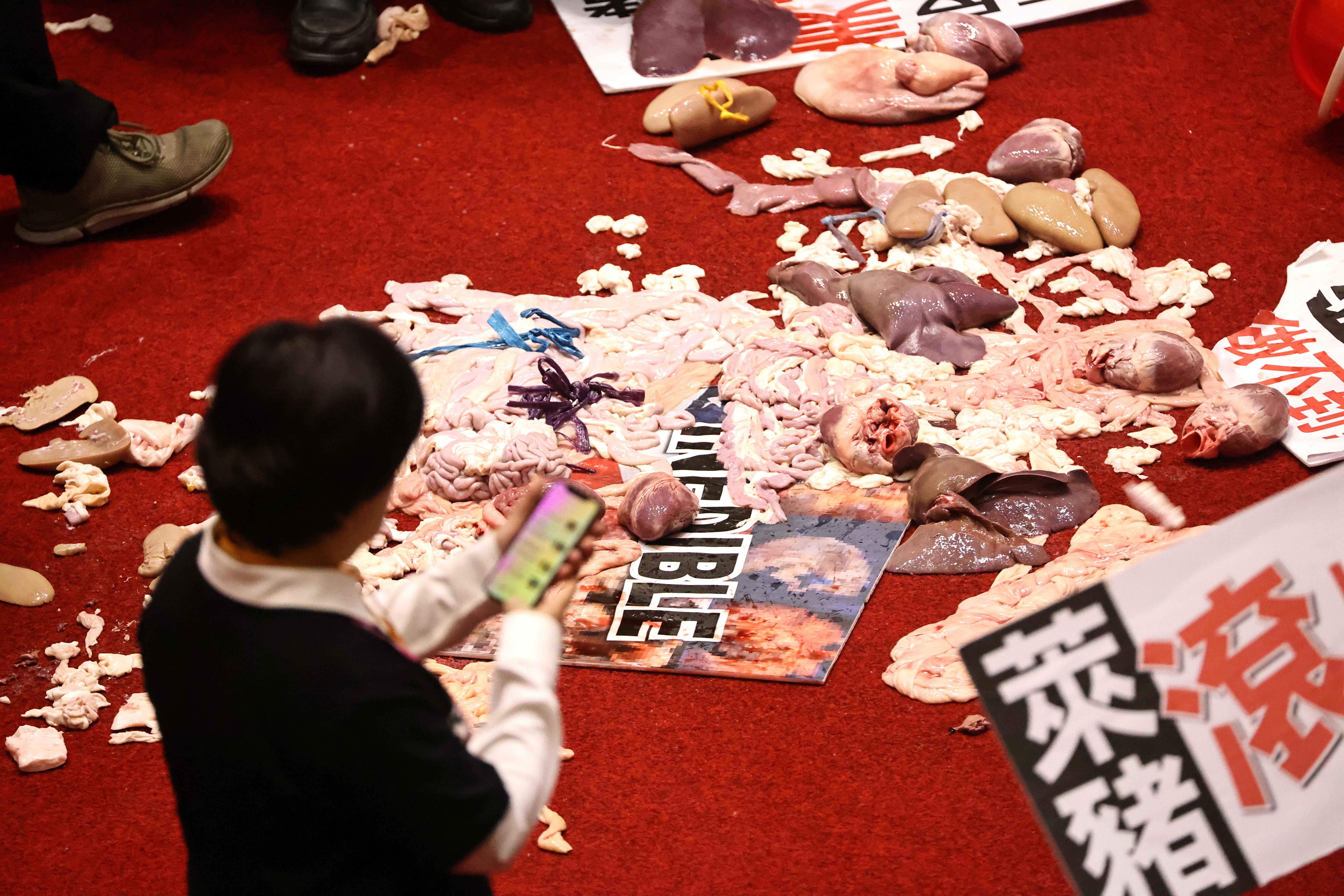 ▲▼台灣立法院遭國民黨立委潑灑豬內臟,引起各韓媒關注。(圖/路透社)