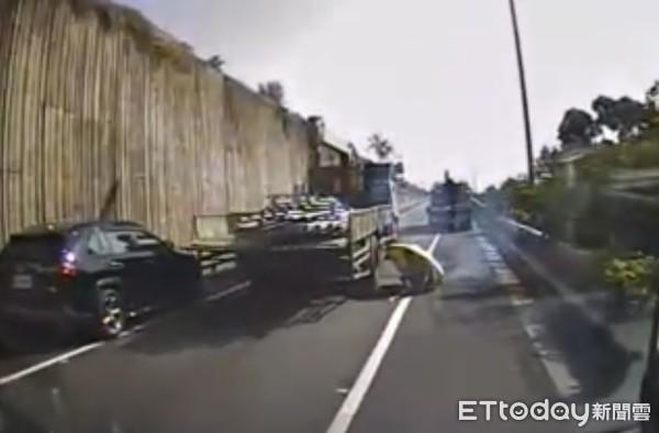女友遭大貨車輾斷腿!國道行駛中離奇墜車 男友撐傘說原因