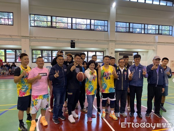 「星光熠熠籃球賽」 愛心企業與崙背籃協拍賣簽名球衣助弱勢 | ETtod