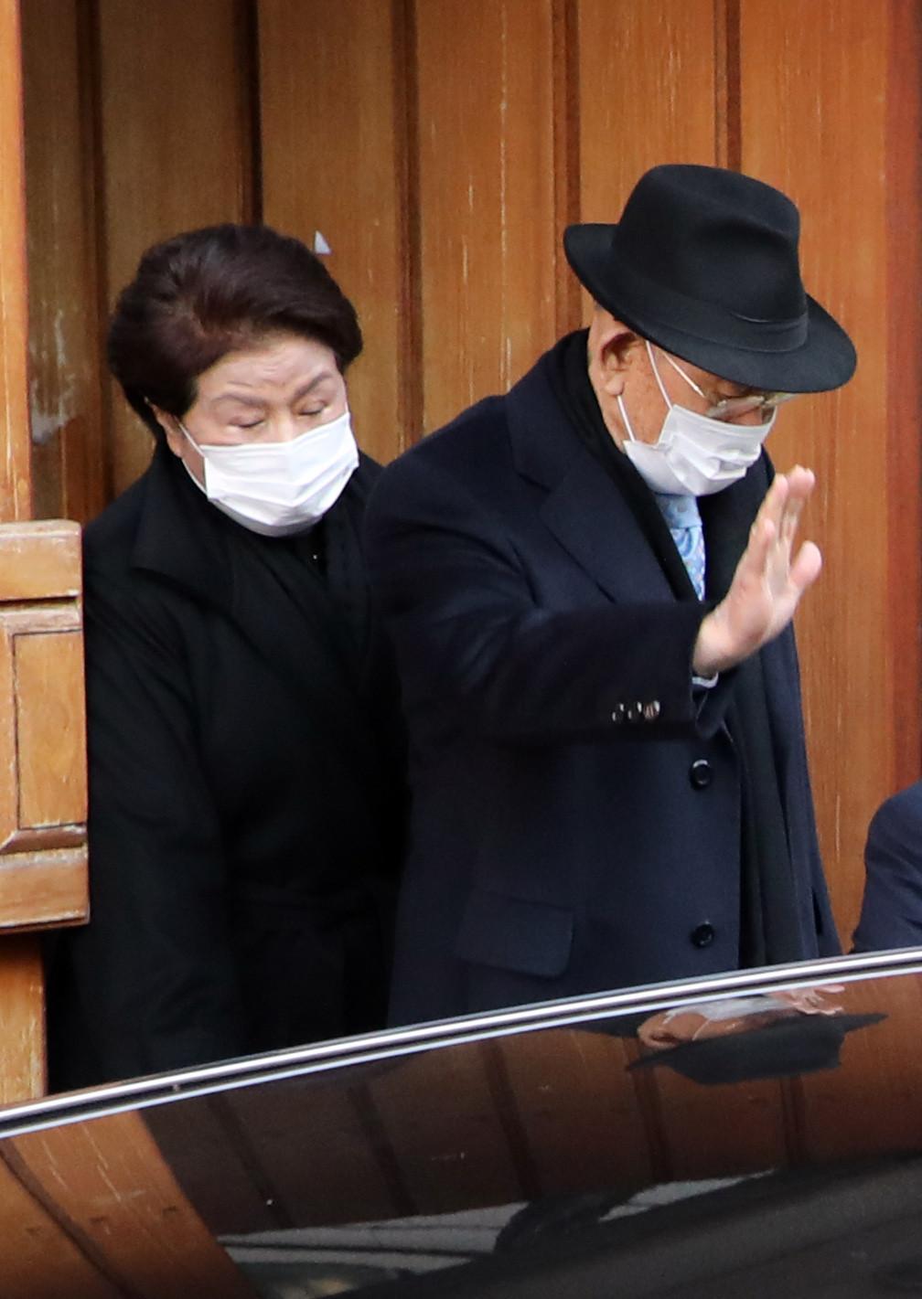 ▲南韓前總統全斗煥與其夫人李順子步出首爾家門,下午將在光州出席一審宣判。(圖/達志影像)