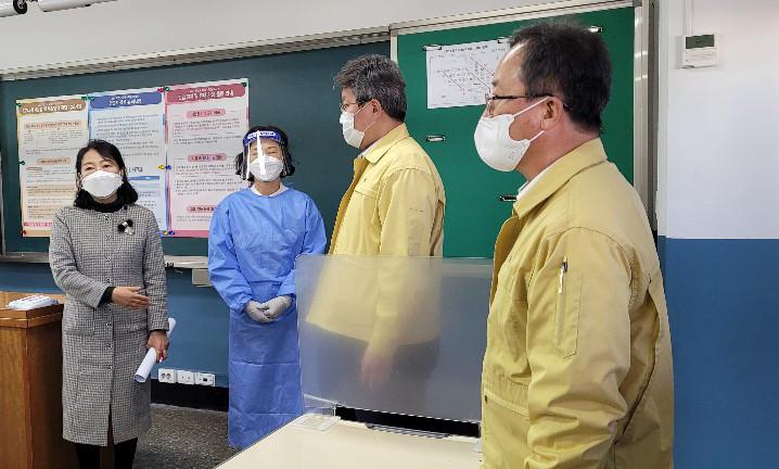▲▼南韓高三大考倒數,釜山市代理市長邊城完檢察高中考場檢疫設備。(圖/達志影像)