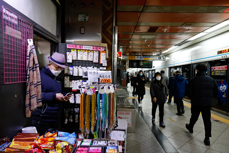 ▲▼南韓首都圈疫情短時間內無法趨緩,圖為首爾地鐵。(圖/路透社)