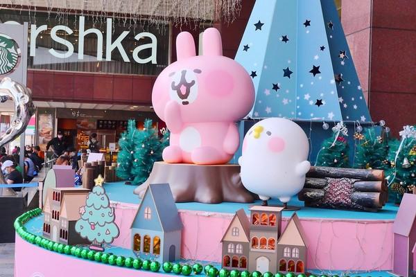 台中卡娜赫拉聖誕樹超萌!粉紅兔兔+P助坐蛋糕上 還有玻璃大貼圖 | ET