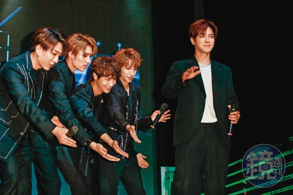 小豬(右一)力捧的男團C.T.O赴韓參加真人秀,身為老闆的他,跟著團員們一起學韓語。