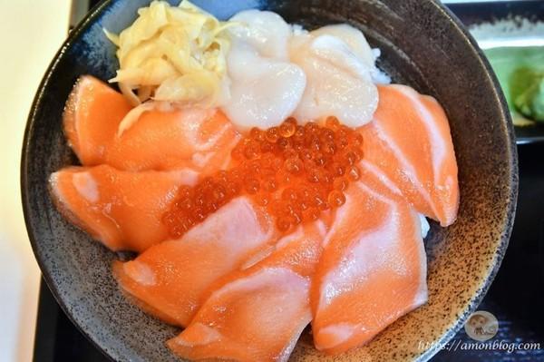 粉嫩鮭魚鋪滿飯上!北車平價日式海鮮丼 必吃濃郁咖哩乾拌烏龍麵 | ETt