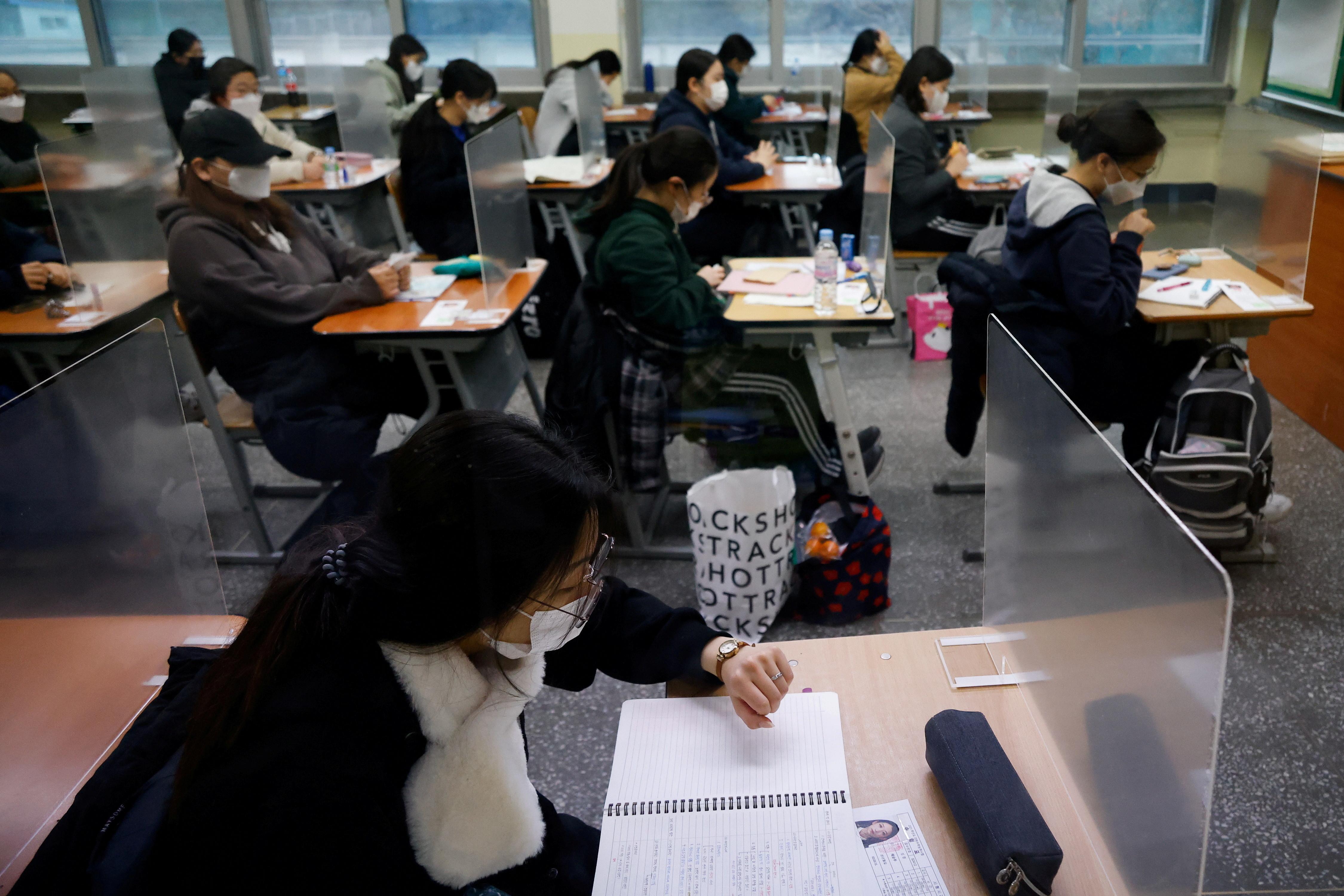▲▼南韓今(3)日全國高三生大考,疫情卻仍持續嚴峻。(圖/路透社)