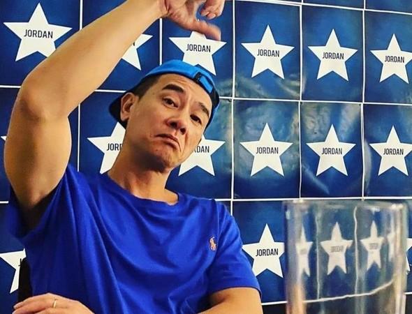 陳小春獲大陸廠商邀請直播賣金條,卻被指不是金條,只是塑膠片。(翻攝陳小春臉書)