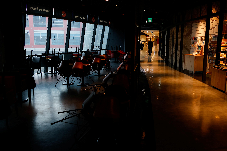 ▲▼百貨公司、餐廳等晚間9時後將停止營業。(圖/路透社)