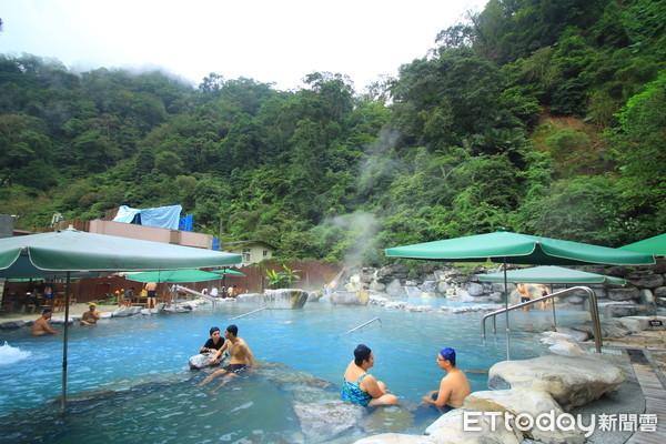 冬天必衝行程!隱身宜蘭山中「藍色溫泉」 提竹簍用地熱煮蛋、玉米 | ET