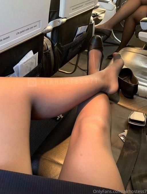 ▲▼英航空姐臉書大PO絲襪照,其原味內褲價格不斐。(圖/翻攝自臉書)