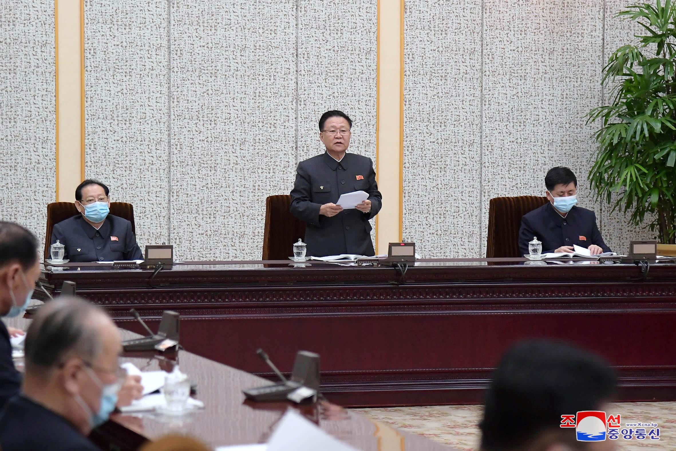 ▲▼崔龍海主持最高人民會議常任委員會。(圖/路透社)