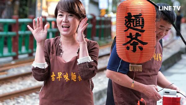 苗可麗平溪老街叫賣...秒被人群包圍 她吃1口麵茶淚崩 | ETtoda