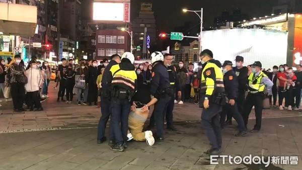 男子拒戴罩進西門町捷運站 嗆保全推警被壓地「下場悽慘」 | ETtoda