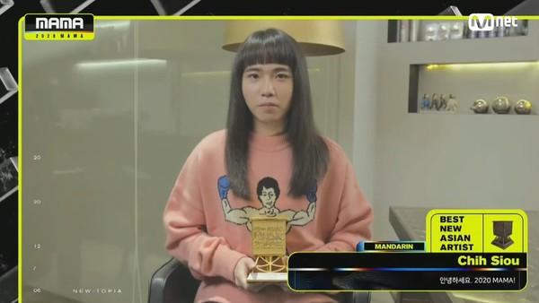 ▲持修得到MAMA新人獎。(圖/翻攝自Mnet)