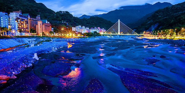 聖誕節約會來這!宜花東必去浪漫燈海 湖面上的紫色星河、彩虹隧道