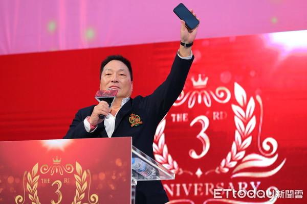 ▲▼東森全球新連鎖3周年慶暨表揚大會,東森總裁王令麟發表激勵人心的談話。(圖/記者湯興漢攝)