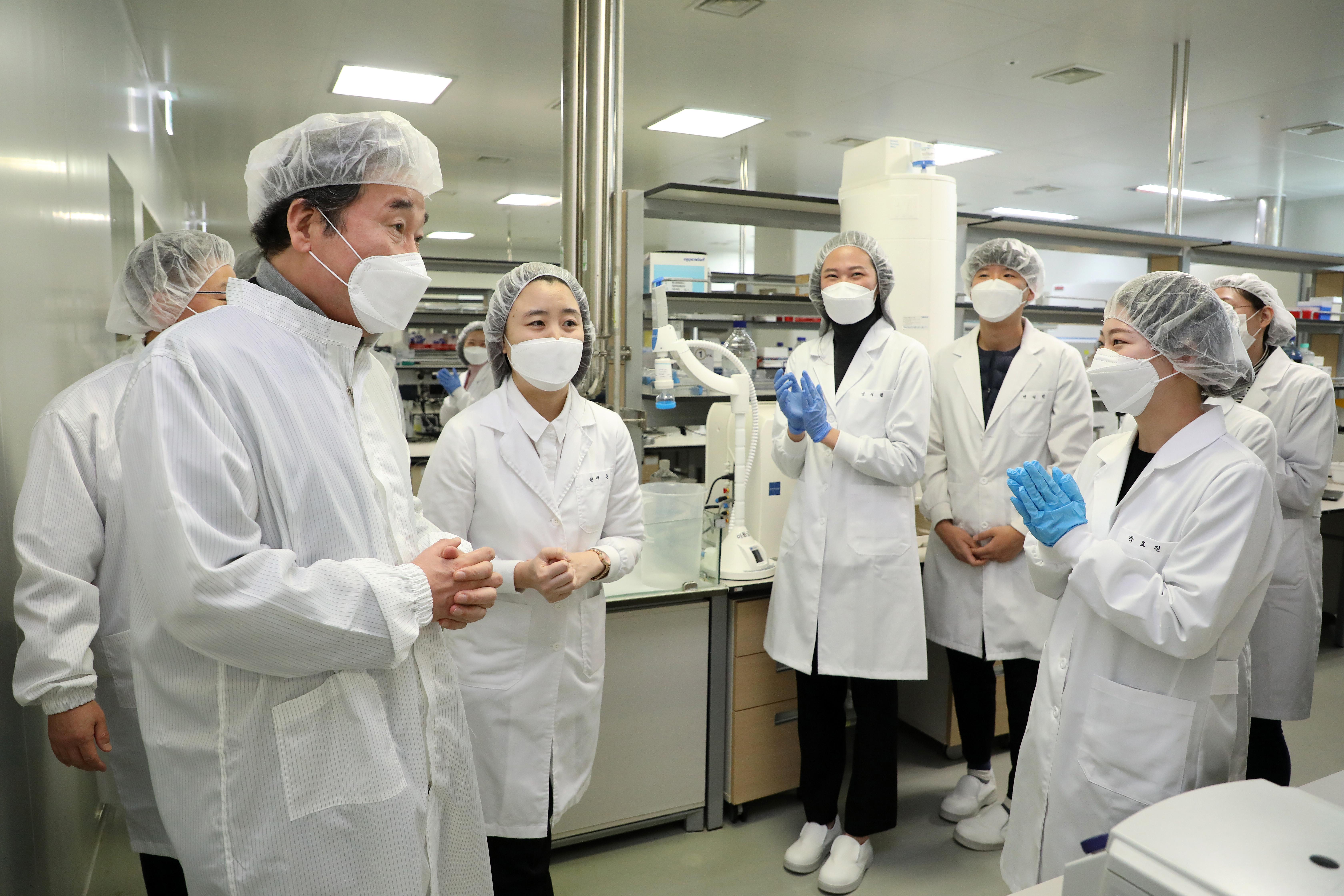 ▲▼南韓共同民主黨魁李洛淵造訪SK生技,該藥廠代理生產阿斯利康新冠疫苗。(圖/達志影像)
