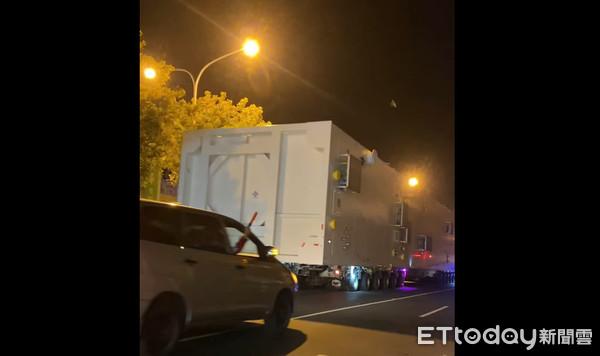 ▲▼台南凌晨「神秘白貨櫃車」壓馬路!超長破50公尺 路人傻眼。(圖/網友授權提供)