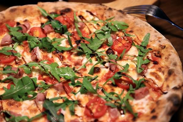 輕薄pizza皮+扎實餡料!金山巷弄咖啡館 8隻肥厚小卷鋪滿麵上 | E