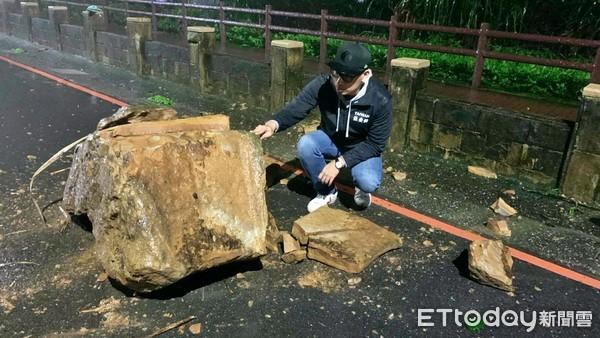 快訊/基隆外木山5噸巨石崩落「斷裂兩半」 湖海路封閉搶修 | ETtod