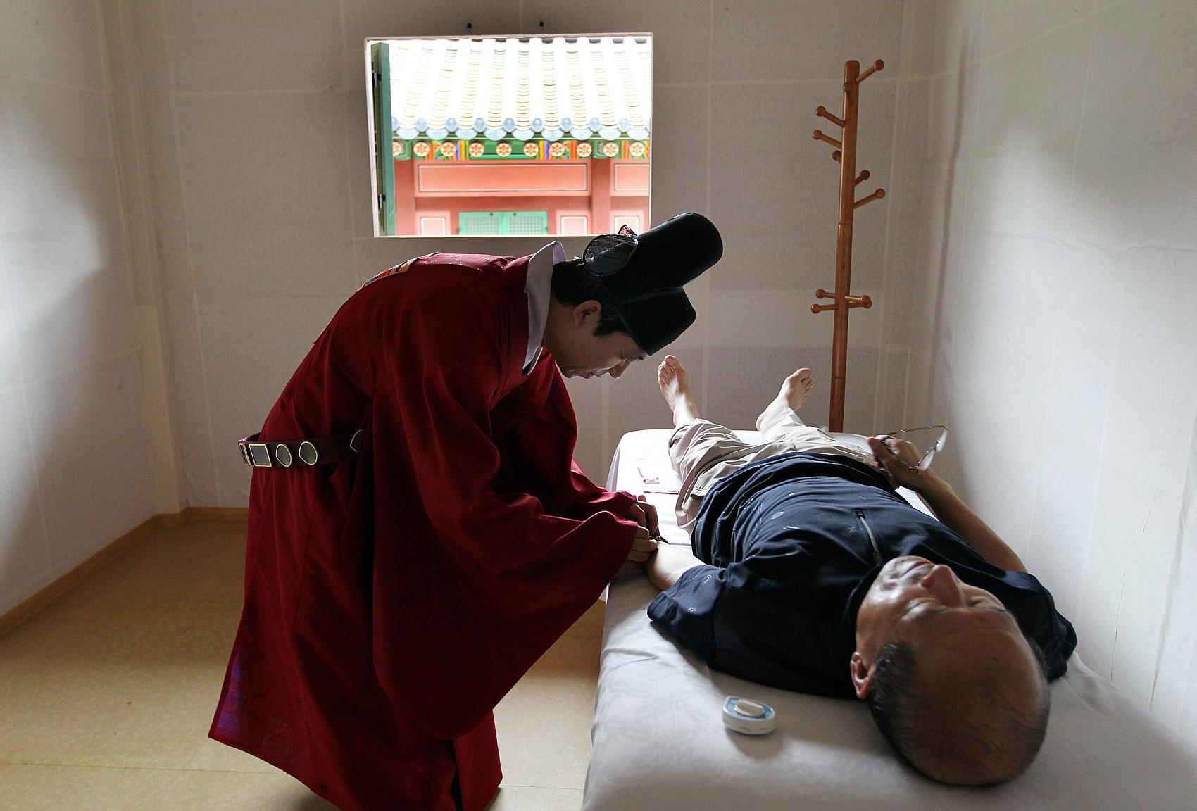 ▲▼南韓76歲老翁接受針灸時被刺穿肺部,1小時候呼吸困難死亡。(示意圖/CFP)