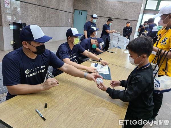 中職/彭政閔公益棒球營 首度實施付費制感恩簽名會 | ETtoday運動
