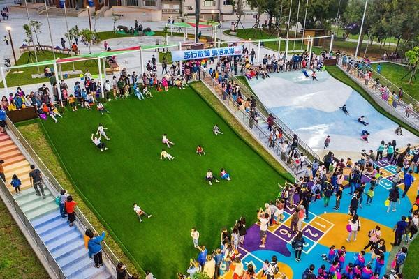嘉義免費親子新景點!4米高「滑草場+星光大滑梯」 讓小孩盡情放電 | E