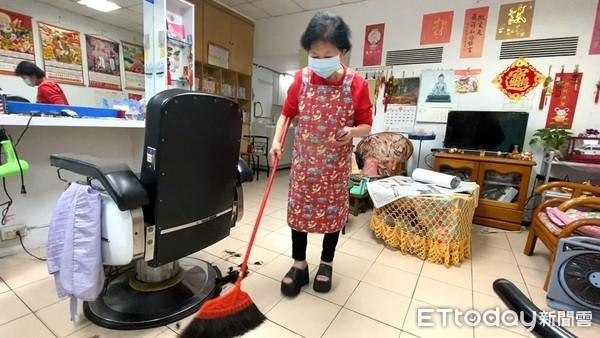 獨/公公生病她許了願!東湖嬤理髮20年狂存錢 慨捐350萬救護車 | E