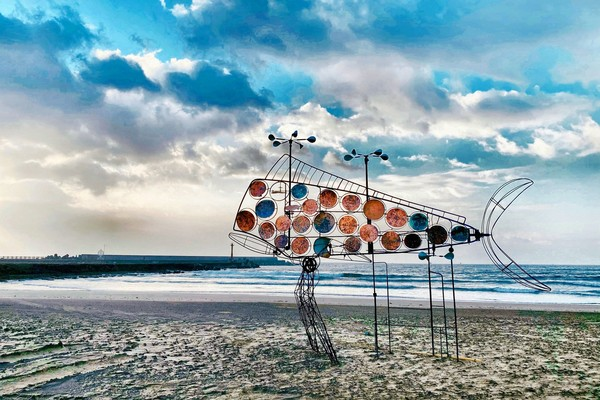 台灣最南「落山風藝術季」來了!沙灘變打卡秘境 30座裝置超好拍