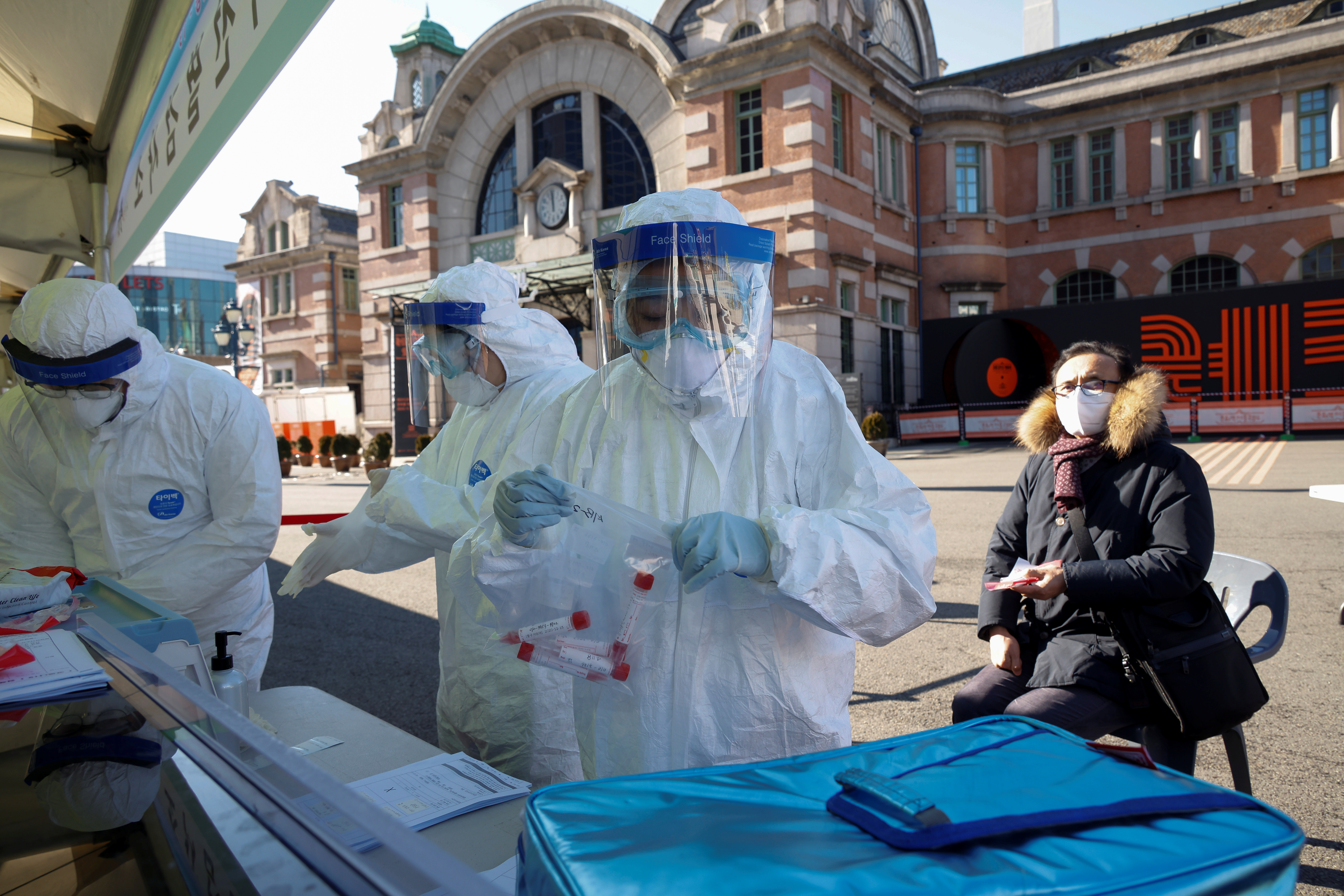 ▲▼防疫當局在首爾車站前設置臨時篩檢站,接受民眾排隊進行免費篩檢。(圖/路透社)