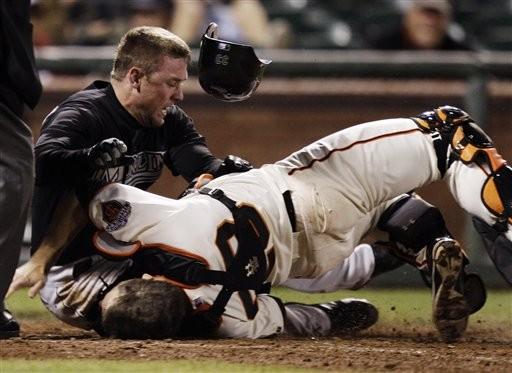 ▲波西(右)在2011年一次本壘衝撞中造成左小腿骨折、3處韌帶撕裂傷。(圖/達志影像/美聯社)