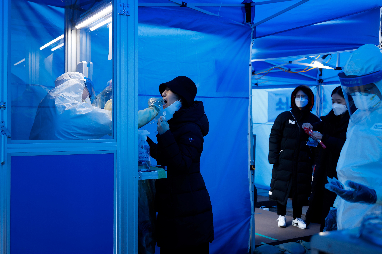 ▲▼南韓政府於首爾車站等交通要衝設置150所臨時篩檢站,擴大篩檢力度。(圖/路透社)