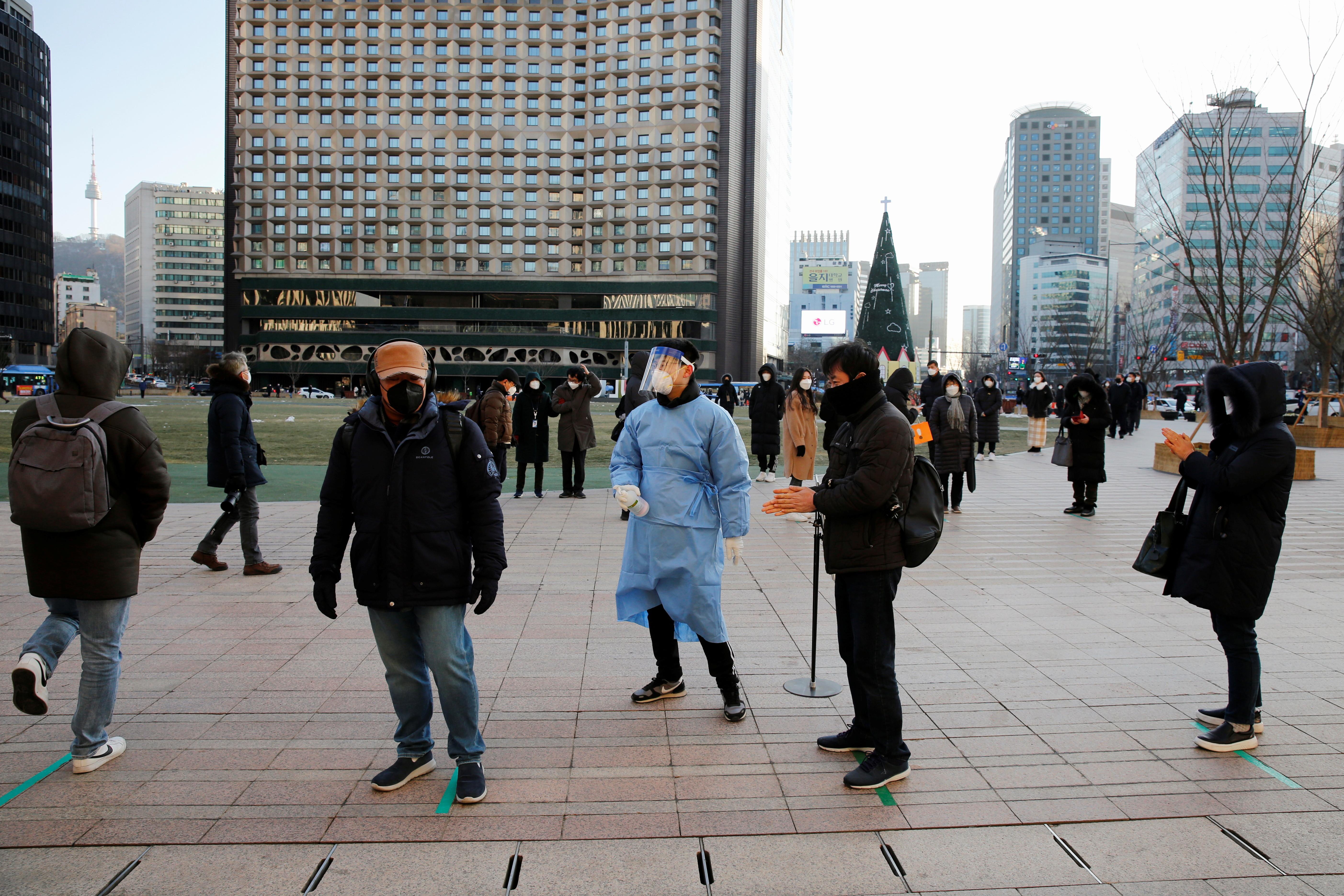 ▲▼南韓疫情嚴峻,民眾在首爾市府廣場前排隊接受新冠篩檢。(圖/路透社)
