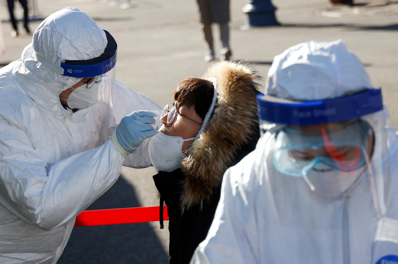 ▲▼南韓在首都圈添設131處臨時篩檢所後,匿名篩檢共驗出286人確診。(圖/路透社)