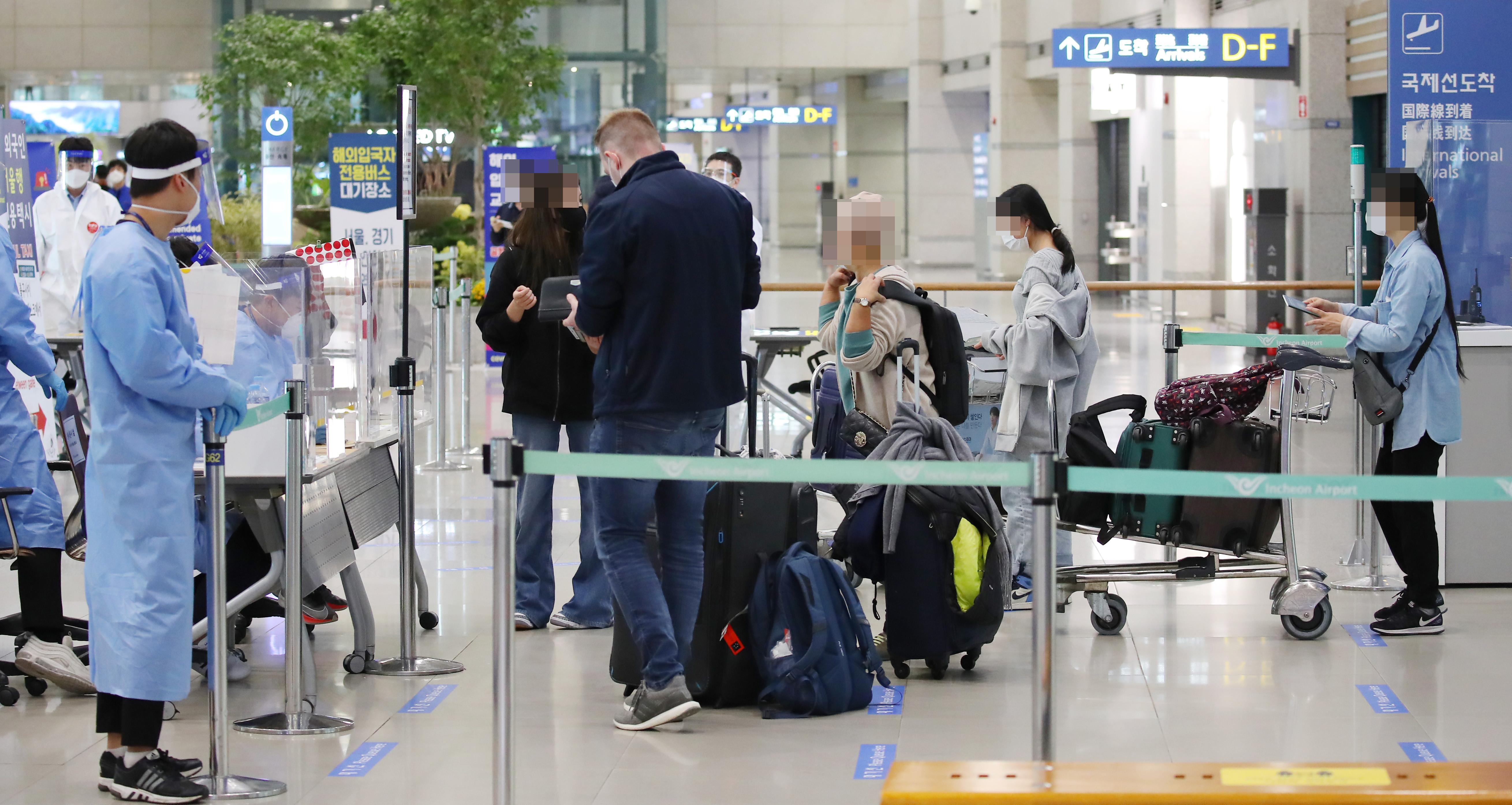 ▲▼南韓仁川國際機場,旅客須繳交申報表,並接受篩檢與隔離。(圖/達志影像)