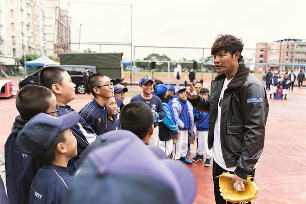華航公益棒球營桃園送愛 陳偉殷、王維中傳承追夢 | ETtoday運動雲