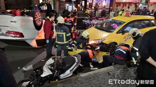 快訊/東區女駕駛自撞賓士翻車!害騎士摔車「滿臉血」倒地 | ETtoda