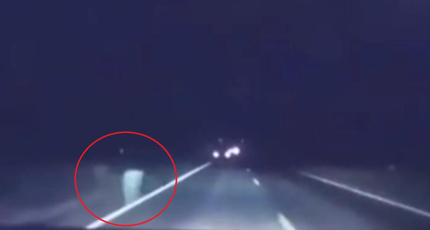 ▲▼行車紀錄器影像中,突然出現一道鬼影。(圖/翻攝自Youtube@CH6)