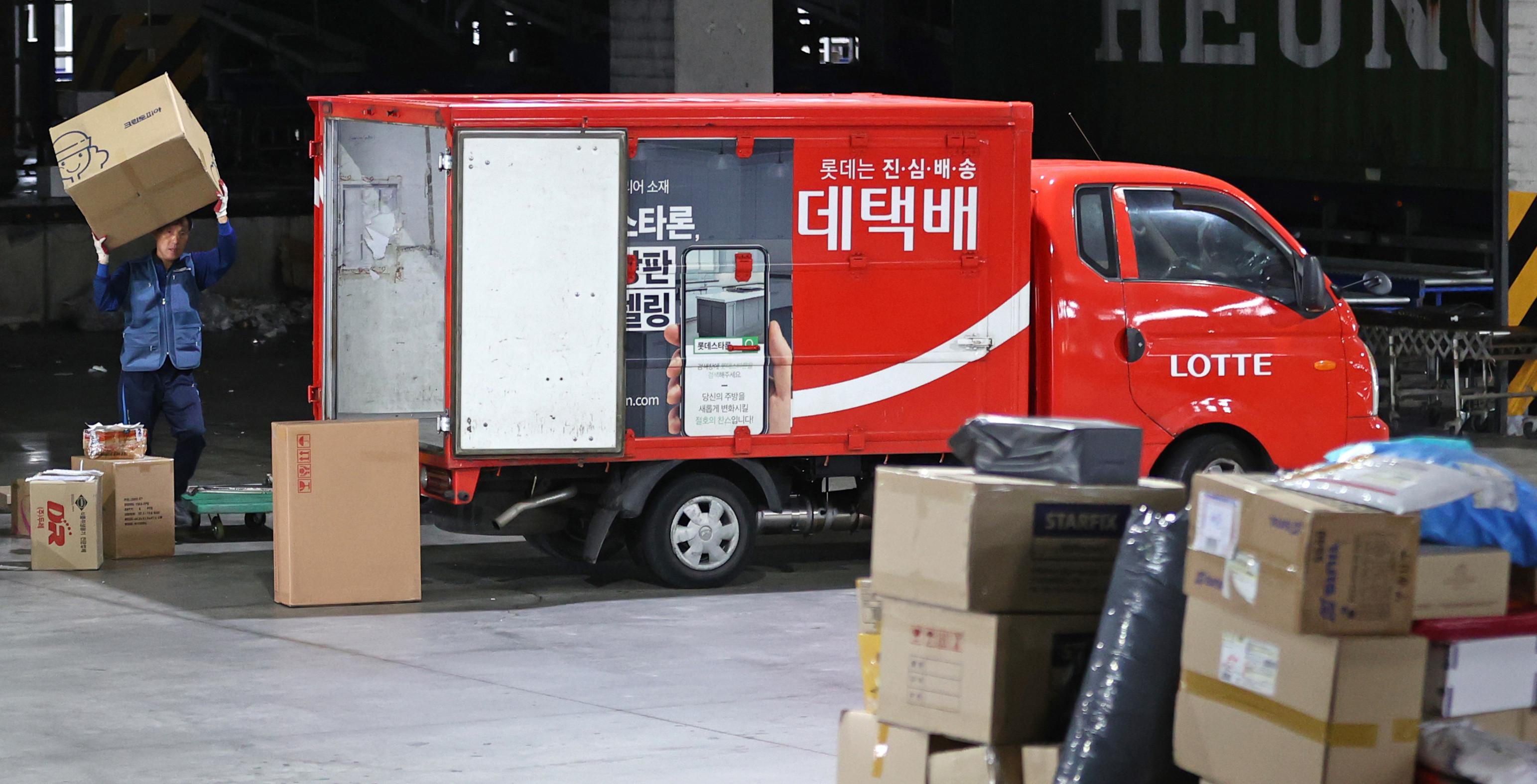 ▲▼南韓樂天宅配傳一名34歲員工進公司僅半年便過勞死。(圖/達志影像)