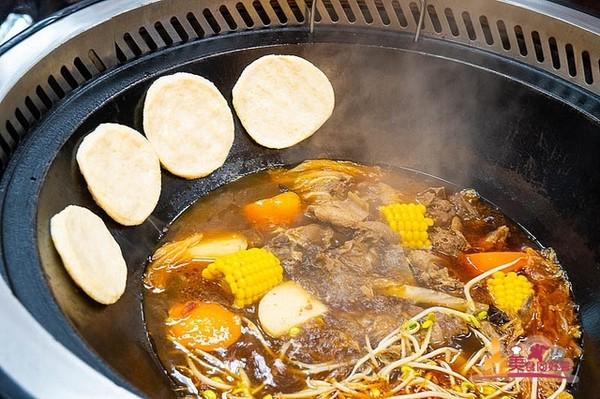 全台唯一!超道地東北料理鐵鍋燉 焦黃玉米餅必搭銷魂蒜蓉辣椒醬