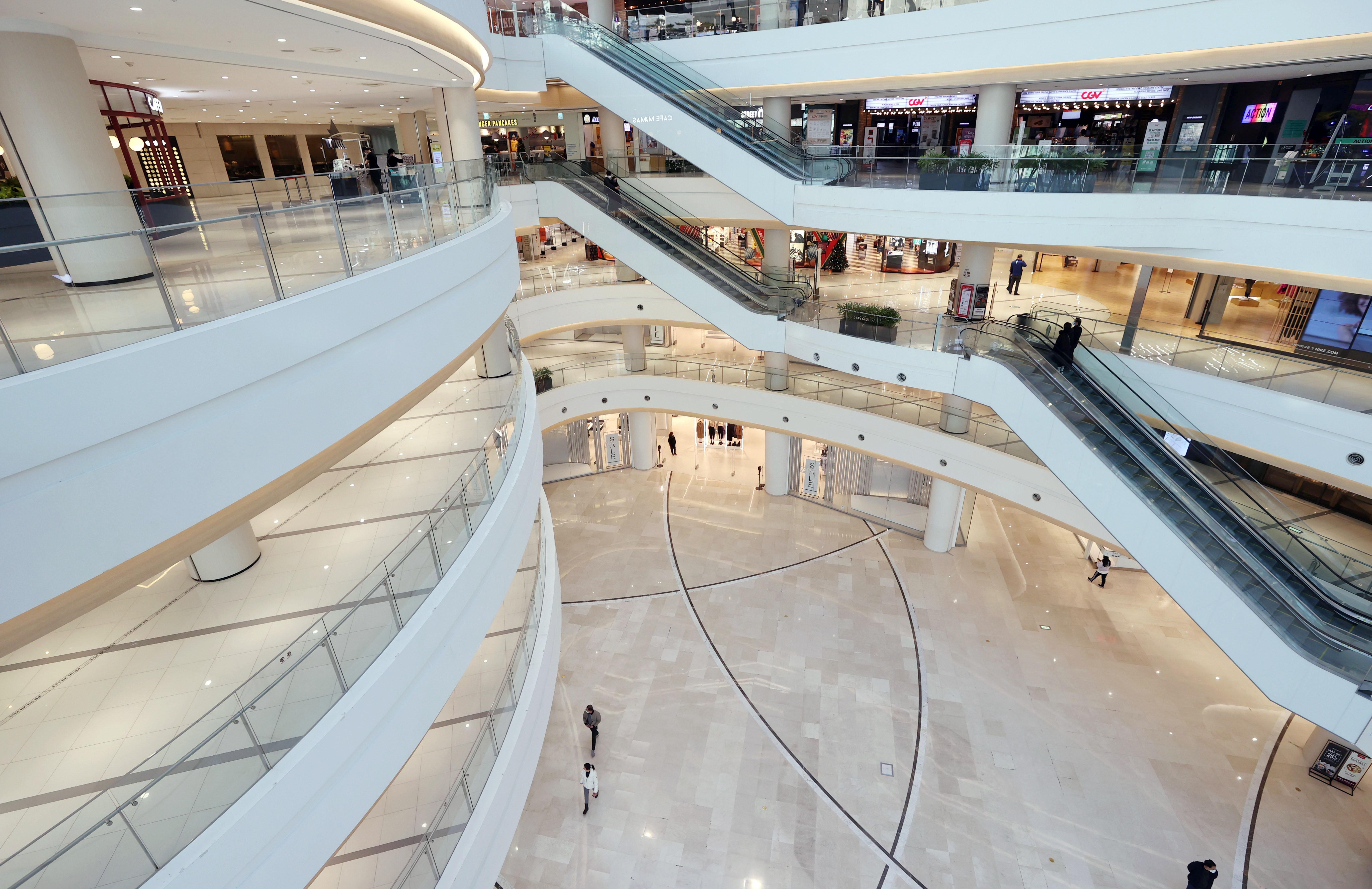 ▲▼南韓祭出禁5人以上限聚令,首爾百貨公司一片空蕩。(圖/達志影像)
