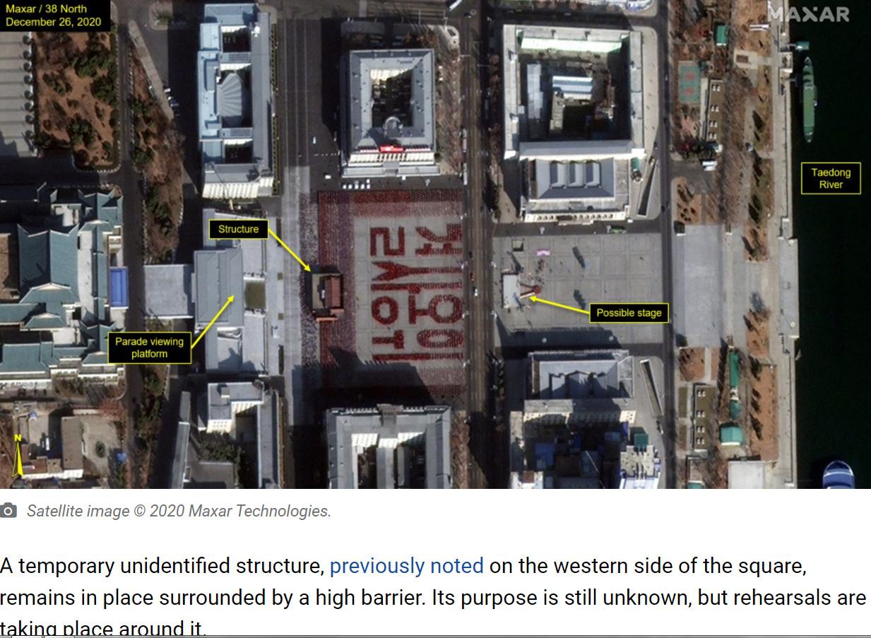 ▲▼數千人被拍到在金日成廣場排出「決死擁衛」4個大紅字。(圖/翻攝自38 north)