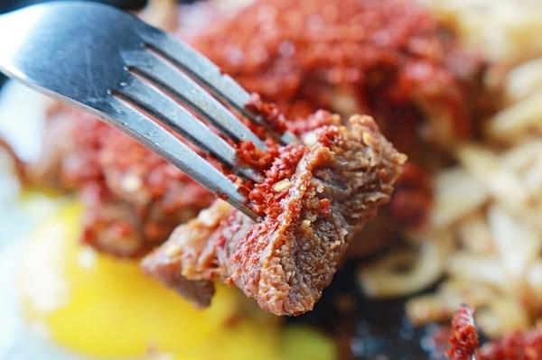 軟嫩多汁!台南浮誇系牛排館 巨無霸肋眼牛排+青醬超夠味 | ETtoda