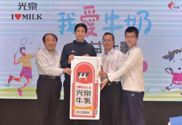 光泉捐偏鄉2萬瓶牛奶、近5千本《我愛牛奶》漫畫百科 | ETtoday生