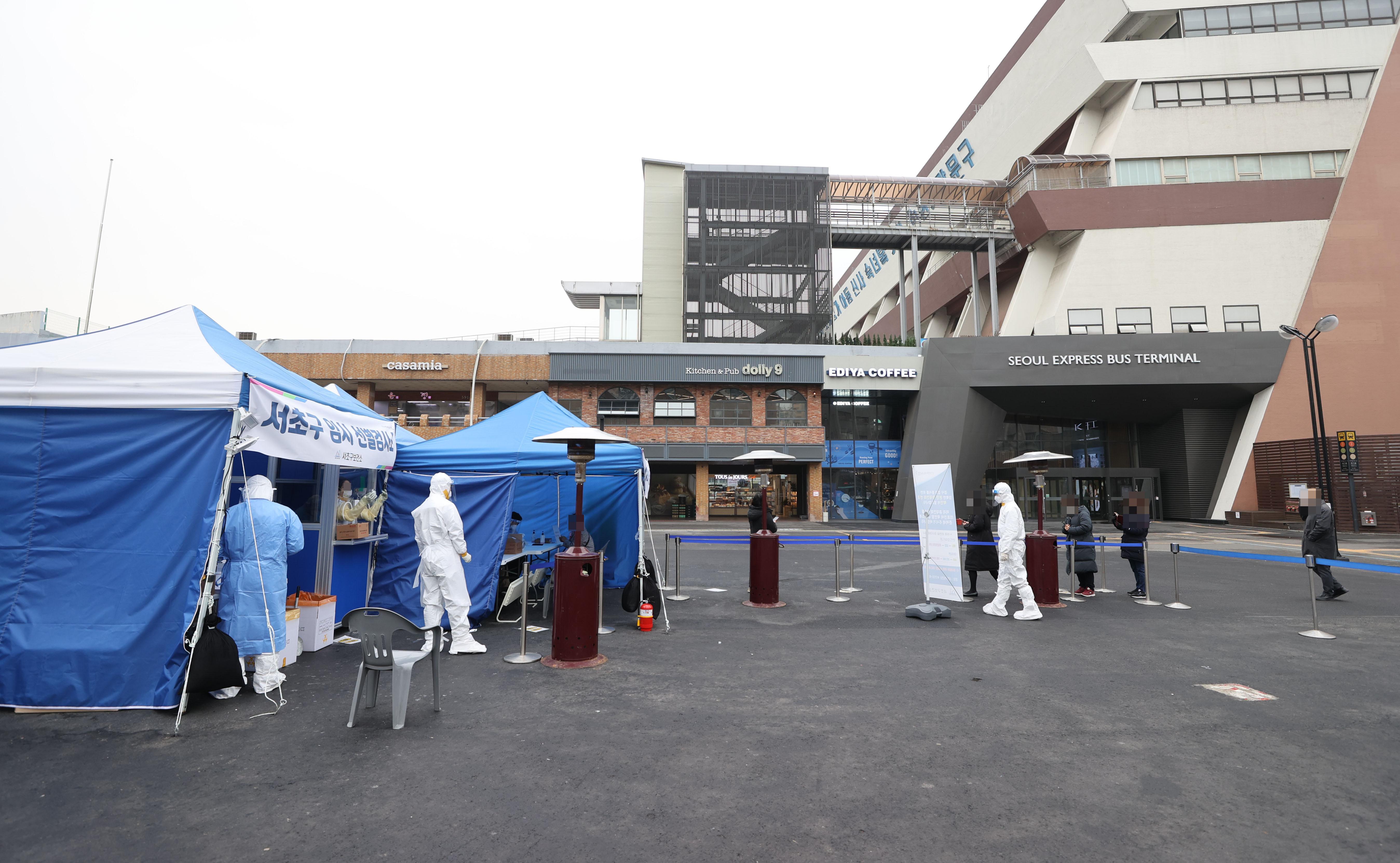 ▲▼南韓首爾某客運轉乘站外架起臨時篩檢所。(圖/達志影像)