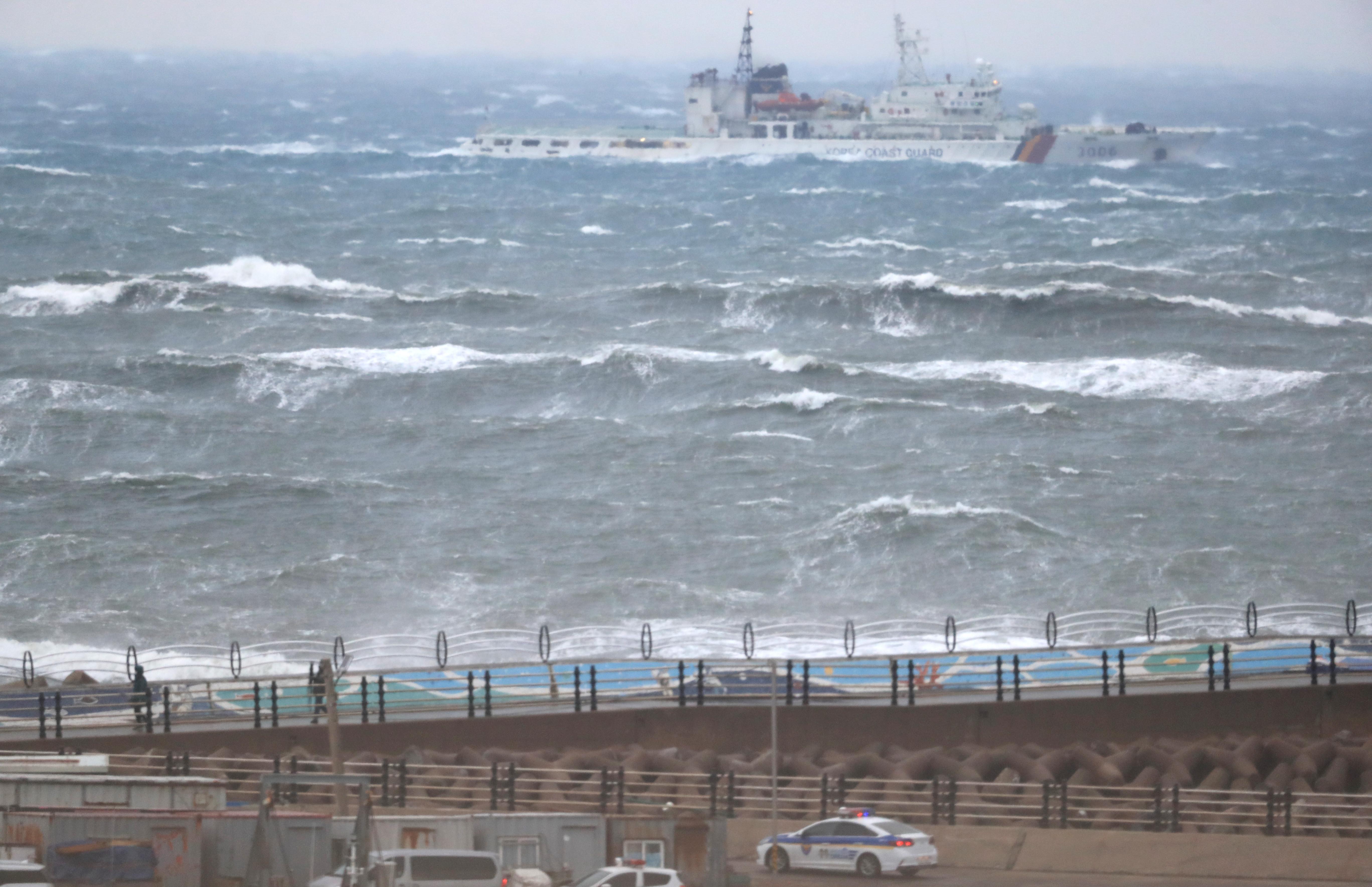 ▲▼濟州島一艘漁船翻覆撞防波堤後沈船,船上7名成員仍舊下落不明。(圖/達志影像)